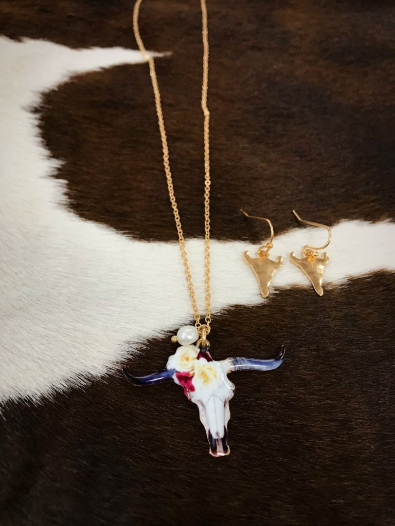 """"""" Its All in The Horns """" Rose Bull Necklace Set"""